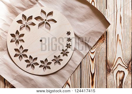 Master Class. Watch handmade. Step by step instructions for the production of domestic hours. Round base for hours of plywood with decorative holes. Do it yourself. Kraft paper on wooden background.