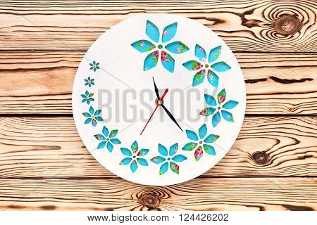 Master Class. Watch handmade. Step by step instructions for the manufacture of clocks. The clock on the wooden background. Ready product. Watch his hands. White base clock with decorative holes.