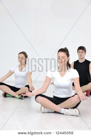 Grupo de gente joven en Fitness Club