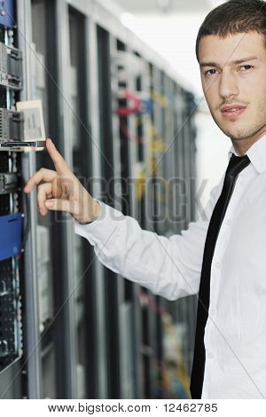 Young-engenheiro na sala do Datacenter Server