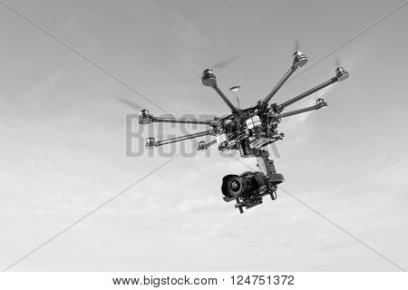 Proffeseonalny oktokopter with suspension and dslr camera. Copter is designed for video and photo shooting. Drone on the radio at a frequency of 2.4 Hz. The heavy drone of eight rays.