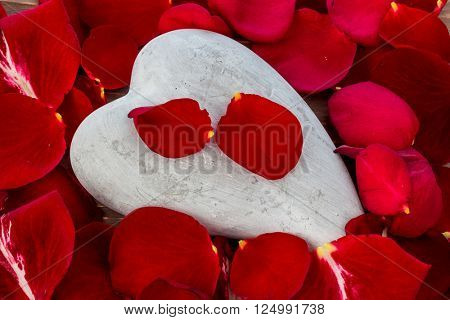 red roses with heart. love for valentine's day