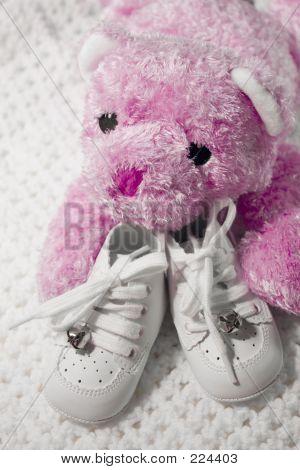 Постер, плакат: Детская обувь и Тедди, холст на подрамнике