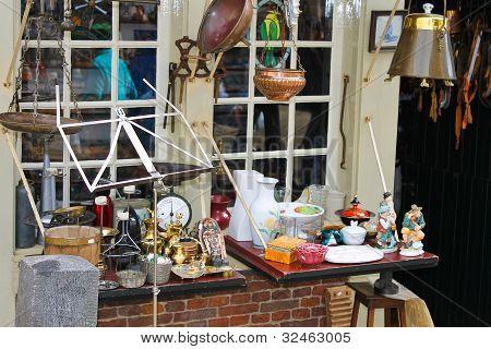 Venta de antigüedades en la tienda. Delft, Países Bajos.
