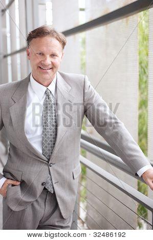 Porträt des Reifen zuversichtlich Geschäftsmann stehen außerhalb