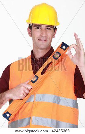Mann mit Wasserwaage geben die ok Zeichen