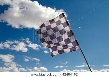 Karierte Flagge gegen den blauen Himmel