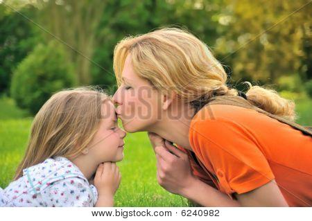 Madre es besar a su hija