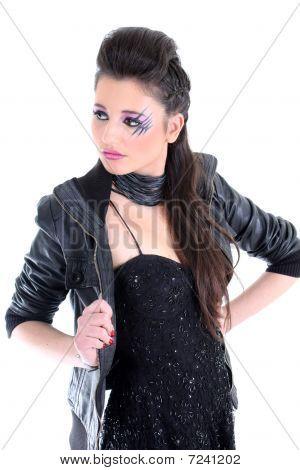 Menina bonita no vestido preto
