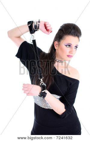 Joven hermosa chica en vestido negro