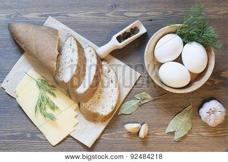 Bran bread, eggs and garlic