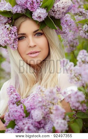 Spring portrait of a beautiful girl with lilac.