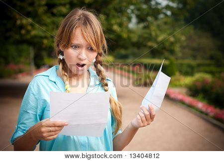 schönen jungen Studenten Mädchen mit Buchstaben