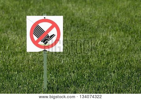 the symbol or sign of a ban is established in park and means the warning information that on lawns not to go