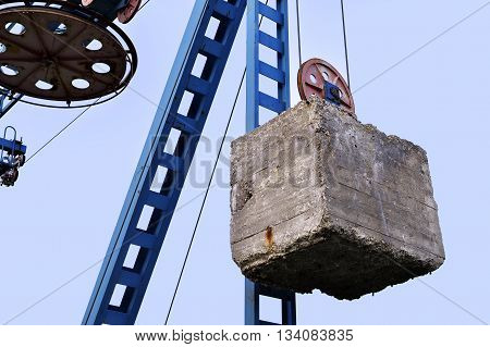 The counterweight hanging on iron structures cableway