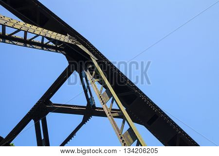 The old railway bridge structure is very strong there is mounting screwsScrew steel railway bridges based on strength.