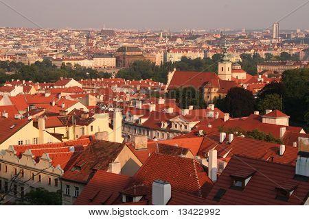 Techos de Praga en la noche