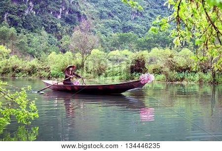 HA NOI, VIET NAM, May 1, 2016 girls Ha Noi, rowing, where the river on the outskirts of Ha Noi, picking lilies