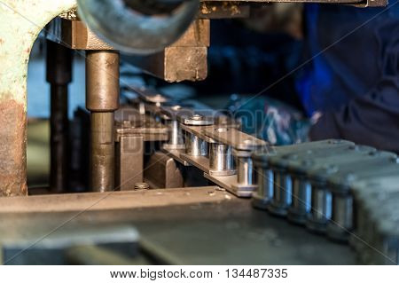 The Assembly of chains. Machine-building plant. The Assembly process of the product.
