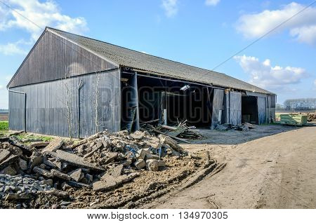 Former barn in a Dutch polder shortly before the total demolition in 2012. The demolition took place in the context of the depoldering under the motto Room for the River in order to reduce the high water levels in favor of safety.