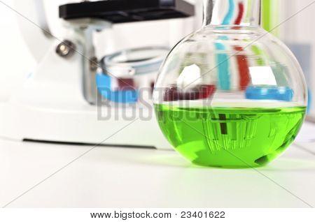 Labor-Elemente, Reagenzgläser, Flaschen, Flasche und Mikroskop
