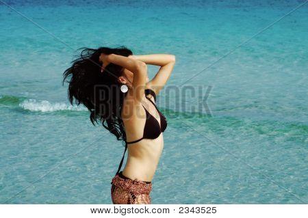 Chica morena en la playa