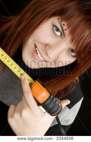 Menina usando a fita métrica