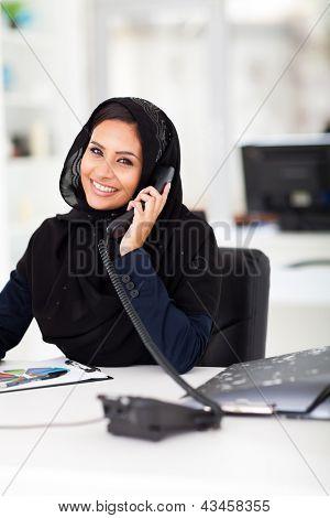 trabalhador de escritório islâmico feminino inteligente falar ao telefone