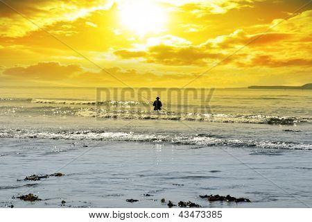 Pesca de homem entre as ondas