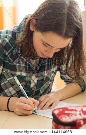 Teenager makes in the classroom a test - close-up