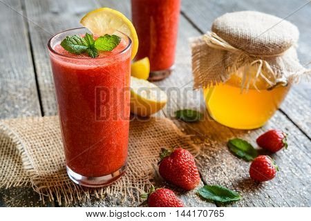 Strawberry Smoothie With Lemon