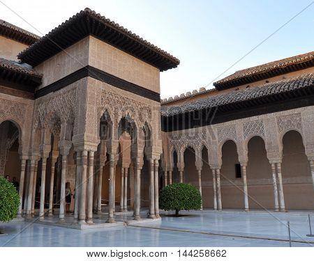 Espectacular arquitectura en una de las edificaciones de la Alhambra en Granada provincia de Andalusia España