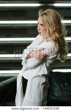 girl crosses his Shroud posing for a photograph