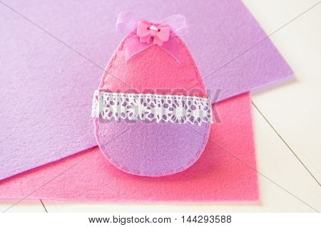 Easter egg ornament. Easter felt egg crafts. How to sew a felt toy. Simple sewing crafts for kids and beginners