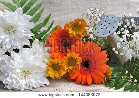 pretty et fresh bouquet of flowers on wooden background
