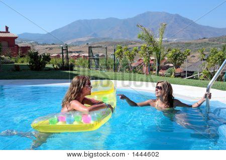 Dos amigas disfrutando del sol en vacaciones o vacaciones
