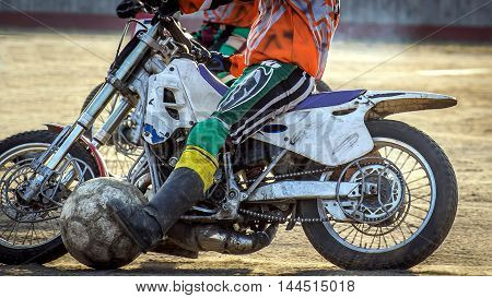 Motoball. Episode rivalry between the two athletes. Close-up of motorcycles and a large ball.