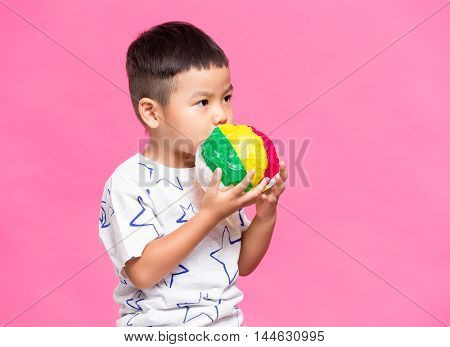 Little kid play with the paper balloon