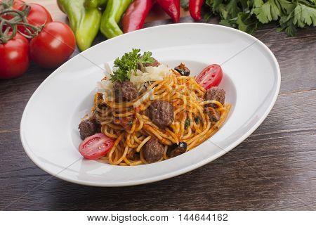 Spagetti köfte köfteli makarna domates sos tabak