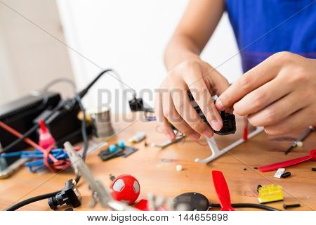 Assembler of flying drone