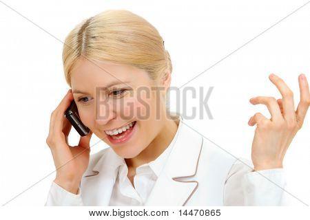 Imagen de mujer feliz llamando por teléfono con expresión alegre