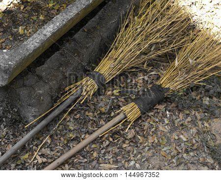vara de madeira vassoura cercado pela poeira