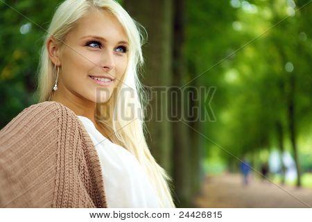 Mulher loira atraente confiante auto-confiante