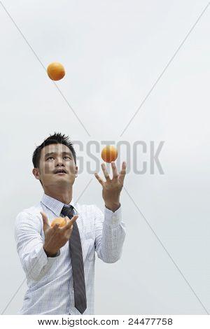 Homem de negócios asiáticos malabarismo