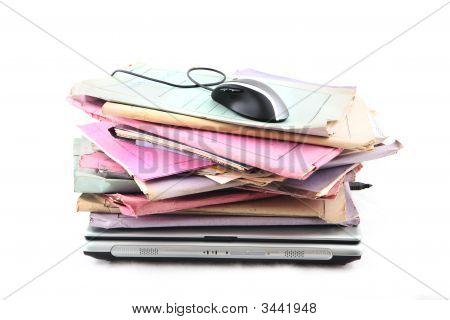 Carpetas con ordenador portátil y ratón