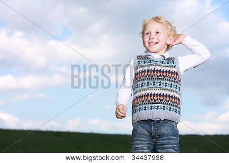 fröhlich grinsend kleiner Junge
