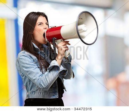 retrato de uma jovem mulher gritando com um megafone interior