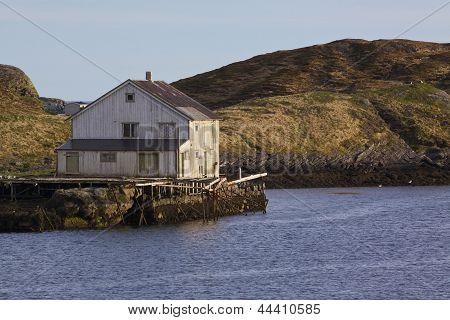 Antigua casa abandonada por el mar