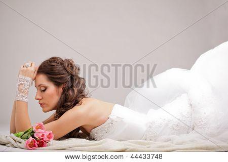 Studio Foto einer Braut, die auf dem Boden liegen