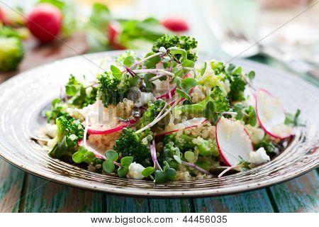 Brokkoli, Rettich und Feta Salat mit quinoa